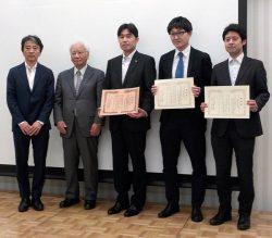 建築設備技術者協会近畿支部の小倉支部長(左)から関西電力の光野マネージャー(中央)に表彰状が贈られた