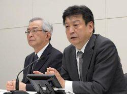 会見する小早川社長(右)と川村会長