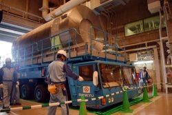 専用車両に積んだキャスクを3号機の燃料取り扱い棟に運び入れる作業員