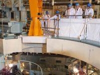 もんじゅの原子炉容器上部を視察する更田委員長(右から2人目)