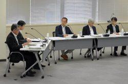 日本原電・東海第二の「審査書案」を了承した規制委会合。中央が更田委員長(4日、東京・六本木)