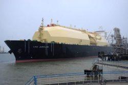 堺LNGセンターに着桟する「LNG JUROJIN」