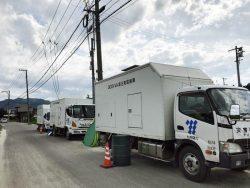 九州電力など4社が停電地域に高圧発電機車を派遣、復旧作業に当たっている(9日、広島県三原市内=中国電力提供)