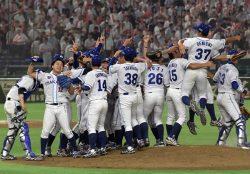 優勝が決まった瞬間、喜びを分かち合う大阪ガスの選手(24日、東京ドーム)
