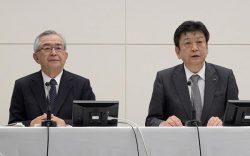 原子力、再生可能エネルギーに注力する姿勢を示す一方、新体制2年目は成果が求められることになりそうだ(6月29日に行われた会見。右が小早川社長、左が川村会長)