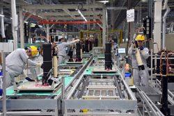 新1号工場の室外機組み立てライン