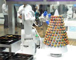 展示されている食品工場向けロボット。弁当の自動盛りつけとキャンディタワー組み立てを同時にこなしていた