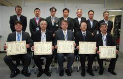 架空送電部門で工務部長表彰を受けた工事会社代表ら。後列左から3人目が東電PGの須藤工務部長