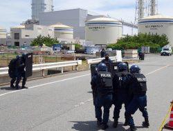 発電所に侵入した不審者を制圧する訓練に取り組む警察官