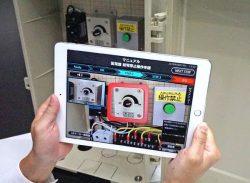 ARアプリのデモ。タブレット画面上に映る配電盤に操作箇所が示されている