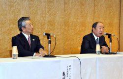 経営統合の合意で会見した出光の月岡会長(右)と昭和シェルの亀岡社長(10日、東京・丸の内)