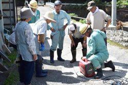 大井地区の住民にポータブル発電機の使い方を教える安芸事業所の社員
