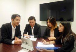 業務の打ち合わせを行うバンコク事務所のスタッフ。左から2人目が沼田所長、左は奥田副所長