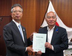 2019年度政府予算に関する要望書を吉野復興相(右)て手渡す海輪会長