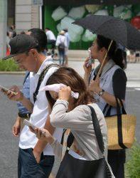 東電PGエリアでは電力小売り全面自由化以降のエリア最大需要を更新。東京・銀座では日傘や帽子・タオルでアタマを覆う人の姿も目立った