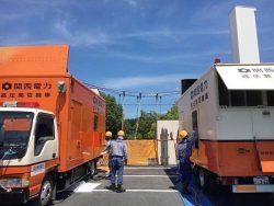 高圧発電機車で応急送電を行う神戸配電エンジニアリングセンターの復旧応援隊