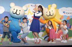 ダンスを披露した深田さん(中央)と子供たち(23日、東京・六本木)