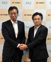 会見後に握手を交わす中部電力の林専務(右)と中部ガスの鳥居社長(31日、中部電力本店)