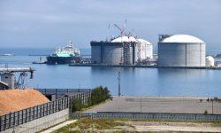 石狩LNG基地に到着した北海道電力向けLNG船の第1船。船の右隣が建設中のLNGタンク、その右隣が完成したばかりのLNGタンク(1日)