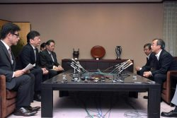 花角知事(右)と会談する小早川社長(左から2人目=2日、新潟県庁)