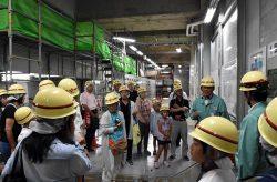 地下発電所を見学し、四国電力社員の説明を受けた