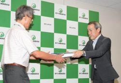 小野安全規制管理官(左)に申請書類を提出する中国電力の北野副本部長(10日、東京・六本木)