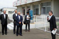 荒浜小学校を視察する経団連の中西会長(左から3人目)と東経連の海輪会長(同2人目)