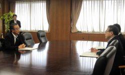 原子力政策を巡り世耕経産相(右)と会談する花角知事(6日、東京・霞が関)