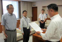 清水社長(右手前)から表彰される荒巻所長