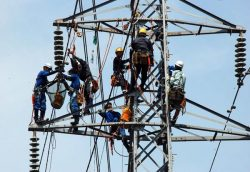 懸垂装置の「ばらし」「戻し」の作業を訓練する参加者