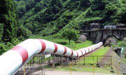 信濃川発電所の導水路を地上に可視化した「サイフォン導水のモニュメント」