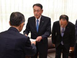 島根県の溝口知事から事前了解の回答書などを受け取る清水社長(中央。9日、島根県庁)