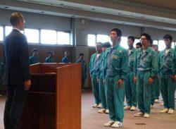 尾崎部長(左)を前に新入社員の代表が決意表明を行った