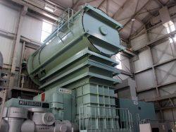山川発電所の蒸気タービンと発電機
