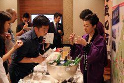 香港のバイヤーに中国地方の酒の魅力を語る羽生さん(右)