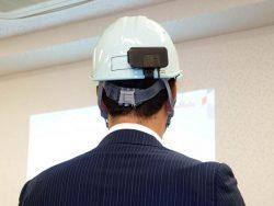 ヘルメットに装着するだけで作業員の健康状態を把握できる