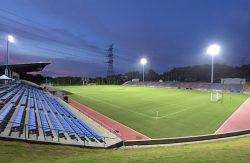営業再開前日、来場者を待つのスタジアムにナイター設備が点灯した(27日)