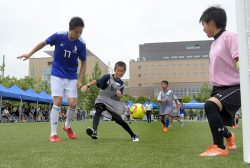 元サッカー日本代表の平山相太さん(左)らによるサッカー教室が行われた29日のオープニングイベント。子どもたちは真剣なまなざしで、ピッチを駆けていた
