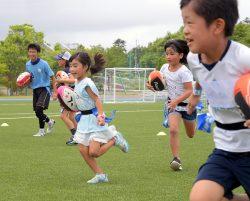 子どもたちがラグビーの基礎に触れたラグビー教室。広く開放的なピッチを走ると笑顔があふれた(29日)
