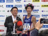 フルマラソン初優勝を果たした岡本選手。左は瀬古利彦・日本陸連マラソン強化戦略プロジェクトリーダー