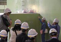 報道陣に公開された苫東厚真発電所4号機。火災による損傷が見える