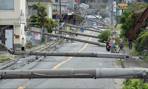 「風台風」として猛威を振るった台風21号。開港以来最大の最大瞬間風速58.1メートルを記録した関西国際空港では、タンカーが連絡橋に衝突するなどの被害を受けたが、空港が立地する市町村の一つの泉南市では9本の電柱が連なって折損していた。