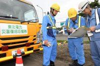 応急送電作業を控え北海道電力社員(右)と打ち合わせ中の東北電力関係者(7日、北海道厚真町)