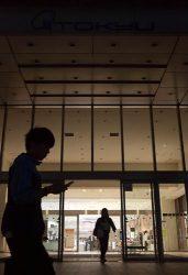 節電のため消灯した東急百貨店さっぽろ店のエントランス(11日、札幌市中央区)