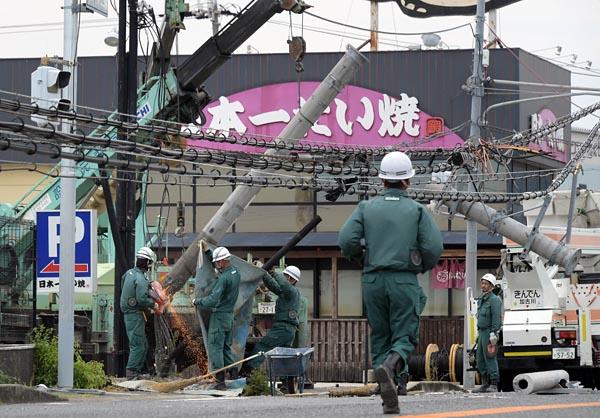 同じく空港が立地する市町村の一つ、田尻町では6日午前、約100メートルにわたり3本の電柱が倒れた道路で、電柱を撤去する作業が行なわれていた。倒壊現場の近くで農業を営む男性は「(電柱の倒壊は)むごいね。田尻で生まれ育ったが、こんなすごい台風は初めて。風呂に入れないのがつらい。一日も早く復旧してほしい」と、作業を見守りながら話していた。