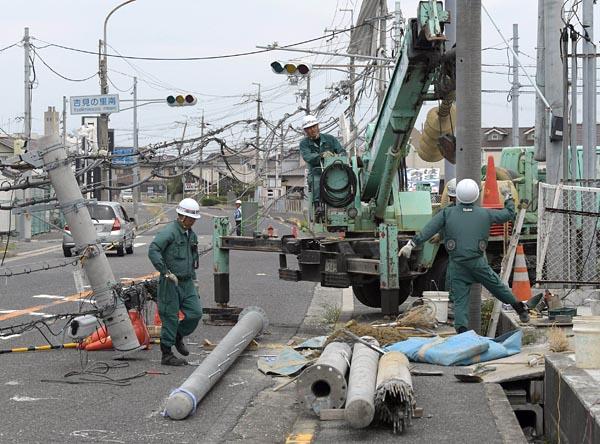 倒壊した電柱を撤去すると、新たな電柱の建柱が始まる=写真。復旧指示に当たっていた関電岸和田ネットワーク技術センター託送サービス係の木下学さんは、「地域住民の皆さんの不便になっているから、早く解消したい。元の生活を早く取り戻せるようにしたい」と力を込めた。