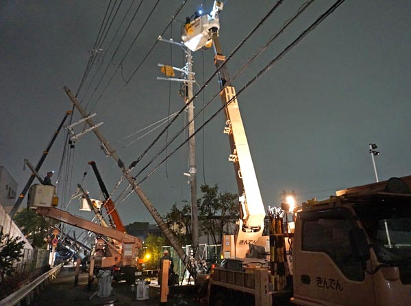 住民らの声にこたえようと、復旧作業は速やかに、かつ夜を徹して行なわれた。写真は5日午前1時ごろ、大阪府豊中市で行われていた復旧作業。停電戸数は4日午後9時時点で約168万4300戸だったが、夜を徹した作業の結果、5日午前9時時点では約57万5100戸まで減少した。