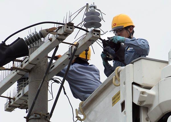 電柱の倒壊など、誰の目にも明らかな被害でなくとも、復旧しなければならない設備被害は実に多い。6日夕の大阪市西淀川区では、関西電力が損傷した避雷器の交換作業を行なった。おそらく飛来物などにより損壊したのではないか(現場作業員)という避雷器は、がいし部分が折れていた。