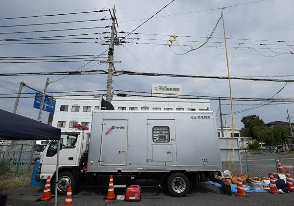 大阪府泉南市の大阪晴愛病院付近では6日午前4時20分ごろから、応援に駆け付けた中国電力の高圧発電機車による電力供給が始まった。高圧発電機車は6人の中国電力社員とともに、岡山県津山市の中国電力津山営業所から派遣されてきた。同営業所配電保修課の曽根敏弘主任は、「西日本豪雨の際には各電力にお世話になったから、(関西地域の皆さんにも)恩返ししたい」と話した。