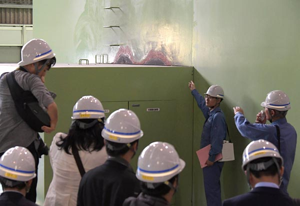 北海道電力は20日、被災した苫東厚真発電所を報道陣に公開した。4号機では、出火の影響で高圧タービンなどを内部に備える緑色の外部ケーシングの一部が変色していた(厚真町)